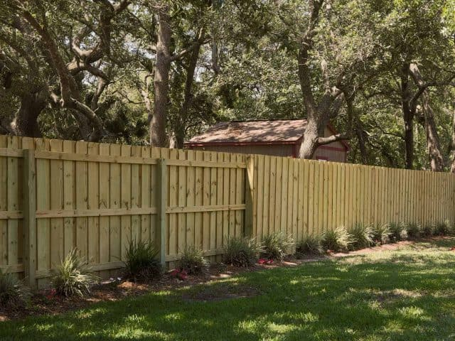 https://www.superiorfenceandrail.com/wp-content/uploads/2018/06/Wood-Fence_Board-on-Board4-Superior-Fence-_-Rail-640x480.jpg