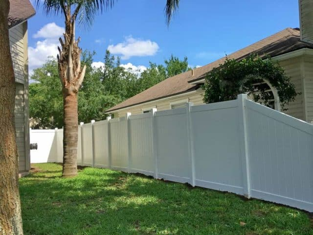 https://www.superiorfenceandrail.com/wp-content/uploads/2018/07/white-vinyl-fence-jacksonville-superior-fence-and-rail-1-e1538578718861-640x480.jpg