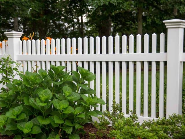 https://www.superiorfenceandrail.com/wp-content/uploads/2020/03/Chapel-Hill-Vinyl-Fencing-Chestnut-White-640x480.jpg