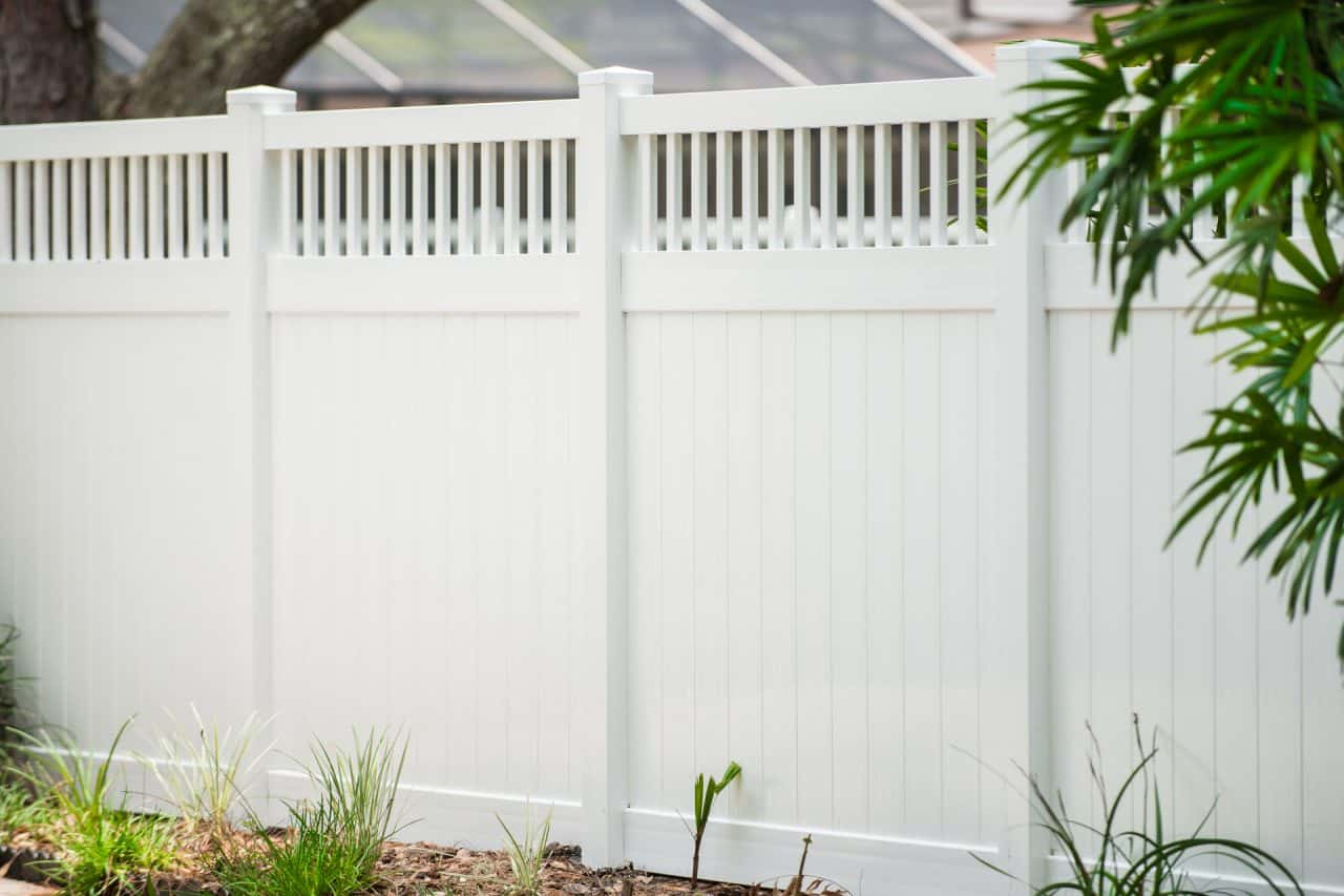 https://www.superiorfenceandrail.com/wp-content/uploads/2020/04/melrose-vinyl-privacy-fence-spindle-accent-1280x853.jpg