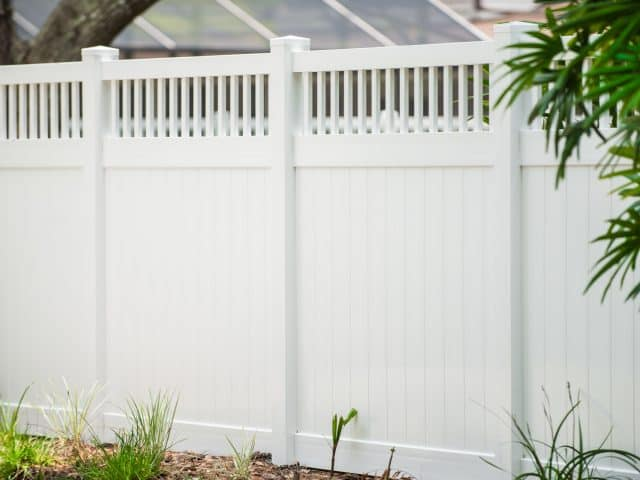 https://www.superiorfenceandrail.com/wp-content/uploads/2020/04/melrose-vinyl-privacy-fence-spindle-accent-640x480.jpg