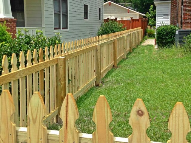 https://www.superiorfenceandrail.com/wp-content/uploads/2020/05/Apex-Fence-Company-wood-picket-640x480.jpg
