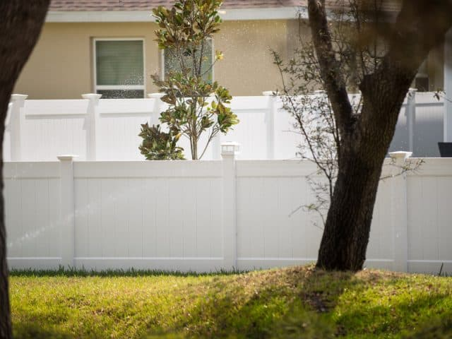 https://www.superiorfenceandrail.com/wp-content/uploads/2020/05/Apex-Vinyl-Fence-Company-White-Privacy-Fence-640x480.jpg