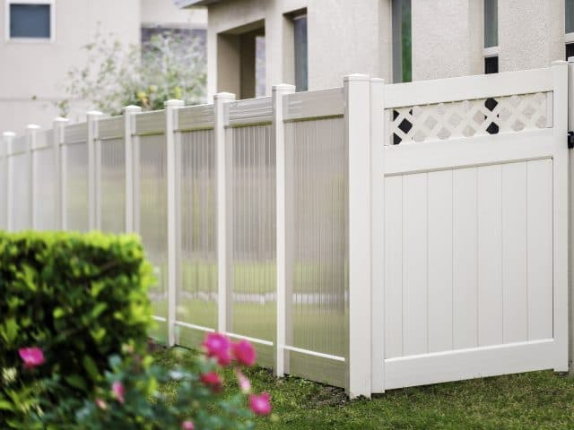 https://www.superiorfenceandrail.com/wp-content/uploads/2020/06/white-fence-best-fence-company-1-640x480.jpg