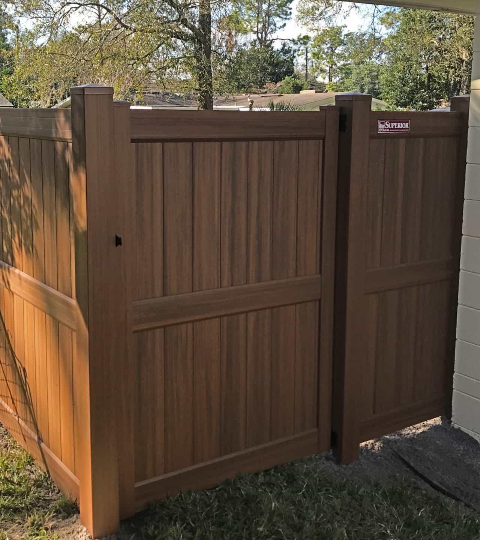 https://www.superiorfenceandrail.com/wp-content/uploads/2020/06/woodgrain-heartwood-vinyl-privacy-fence-1280x1440.jpg