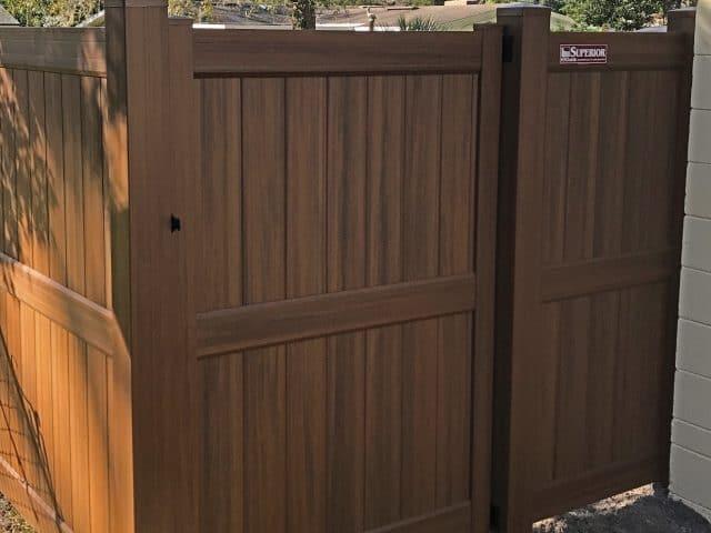 https://www.superiorfenceandrail.com/wp-content/uploads/2020/06/woodgrain-heartwood-vinyl-privacy-fence-640x480.jpg