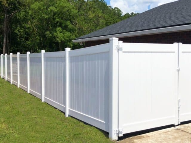 https://www.superiorfenceandrail.com/wp-content/uploads/2020/07/Wake-Forest-Fence-Company-white-privacy-fence-and-gate-640x480.jpg