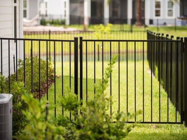 https://www.superiorfenceandrail.com/wp-content/uploads/2020/09/aluminum-fence-heritage-gate-640x480.jpg