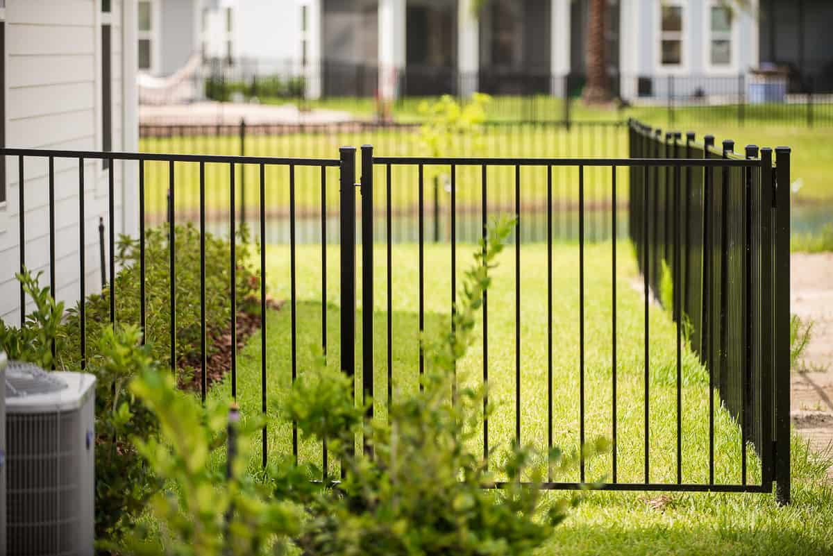 https://www.superiorfenceandrail.com/wp-content/uploads/2020/09/aluminum-fence-heritage-gate.jpg