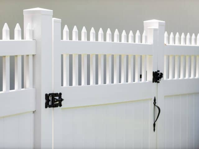 https://www.superiorfenceandrail.com/wp-content/uploads/2020/12/How-to-Build-a-Vinyl-Fence-640x480.jpg