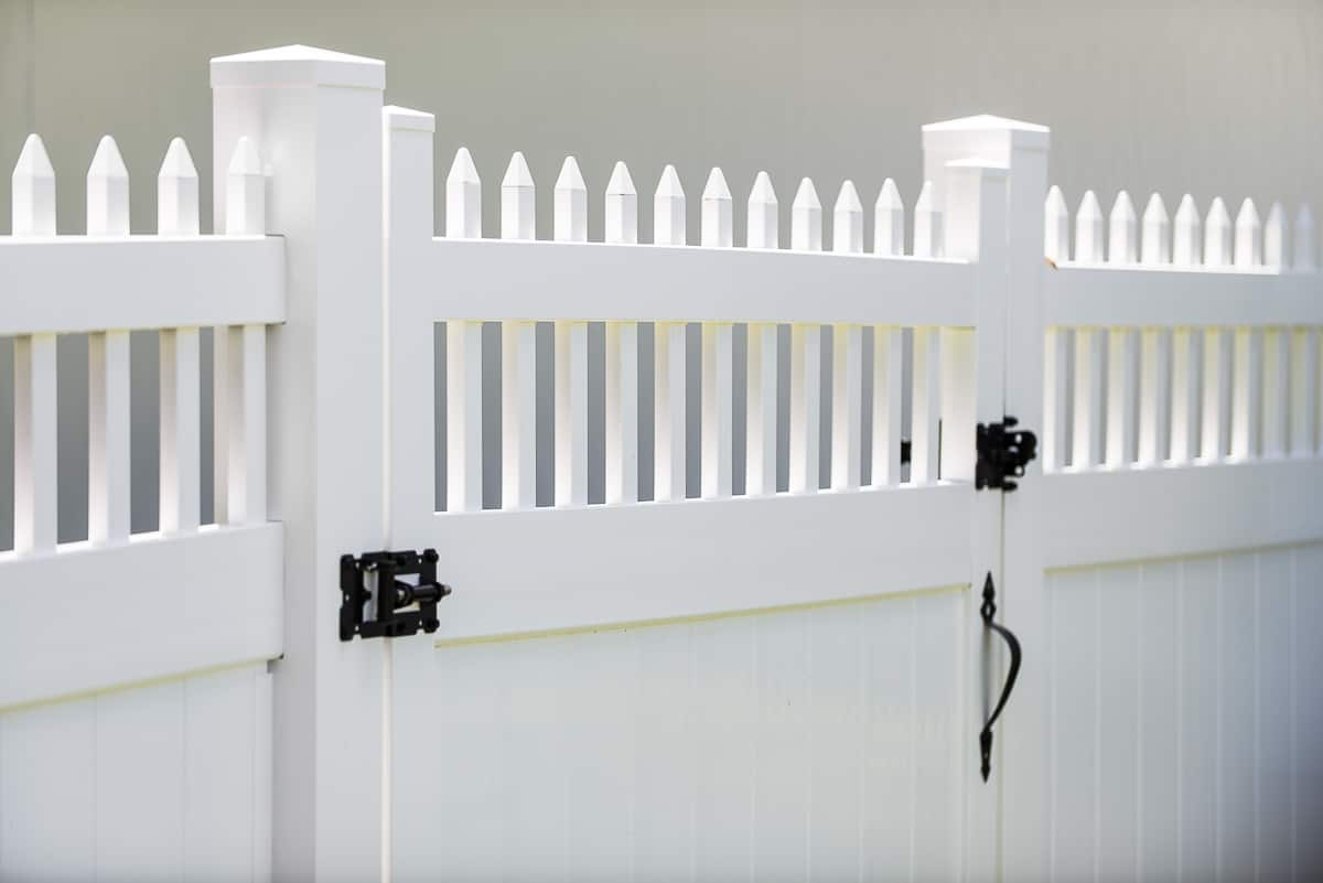 https://www.superiorfenceandrail.com/wp-content/uploads/2020/12/How-to-Build-a-Vinyl-Fence.jpg