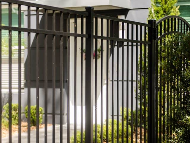 https://www.superiorfenceandrail.com/wp-content/uploads/2021/03/Charlotte-Aluminum-Fence-Installation-640x480.jpg