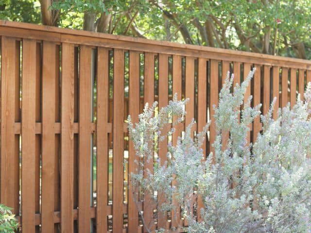 https://www.superiorfenceandrail.com/wp-content/uploads/2021/06/TX-wood-fence-4-640x480.jpg
