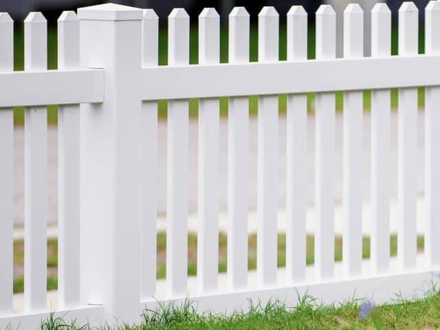 https://www.superiorfenceandrail.com/wp-content/uploads/2021/08/Huntersville-Fence-Company-picket-vinyl-white-640x480.jpg